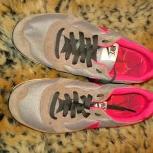 Nike Shoes - Super comfortable gray and pink Nike gym shoes